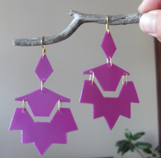 Example of turning empty shampoo bottles into fashionable earrings